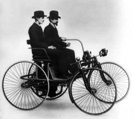 Gottlieb Daimler und Wilhelm Maybach im »Stahlradwagen« 1889