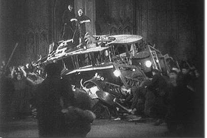 Scheiterhaufen aus Rumpler-Tropfenwagen in 'Metropolis'
